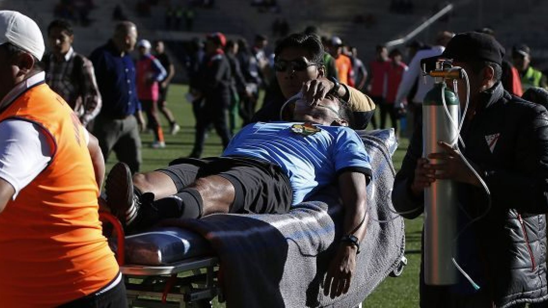 """Referee Victor Hugo Hurtado is transported off the field to the hospital after fainting during a soccer game between the Always Ready team and Oriente Petrolero team, part of the """"Apertura"""" local soccer tournament in El Alto, Bolivia, Sunday, May 19, 2019. (AP Photo/Juan Carlos Usnayo)"""