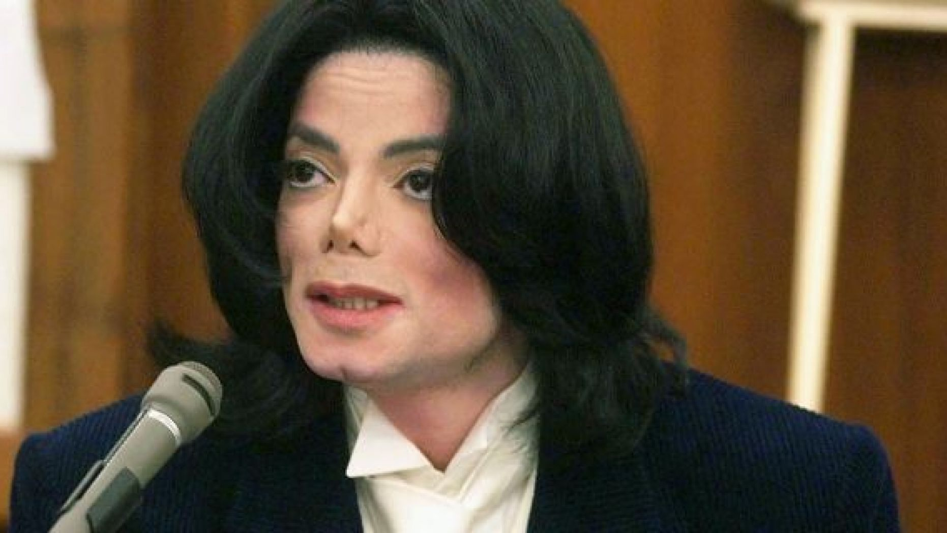 SANTA MARIA, CA - DECEMBER 3: Pop star Michael Jackson speaks with photographers during a break in his testimony December 3, 2002 in Santa Maria, California. Jackson is being sued for $21 million for breach of contract over two millennium concerts. (Photo by Jim Ruymen - Pool/Getty Images)
