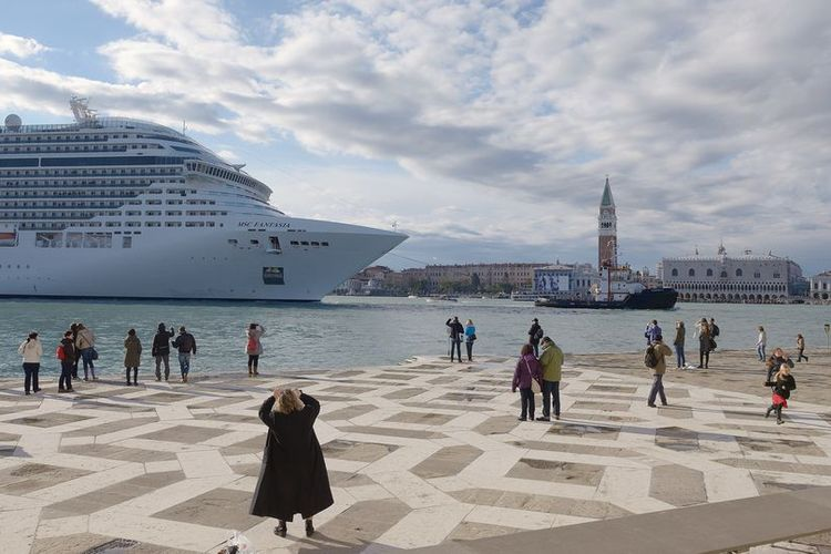 Dramatic speech in Baku challenges Unesco's support for damaging Venice cruise ship decision
