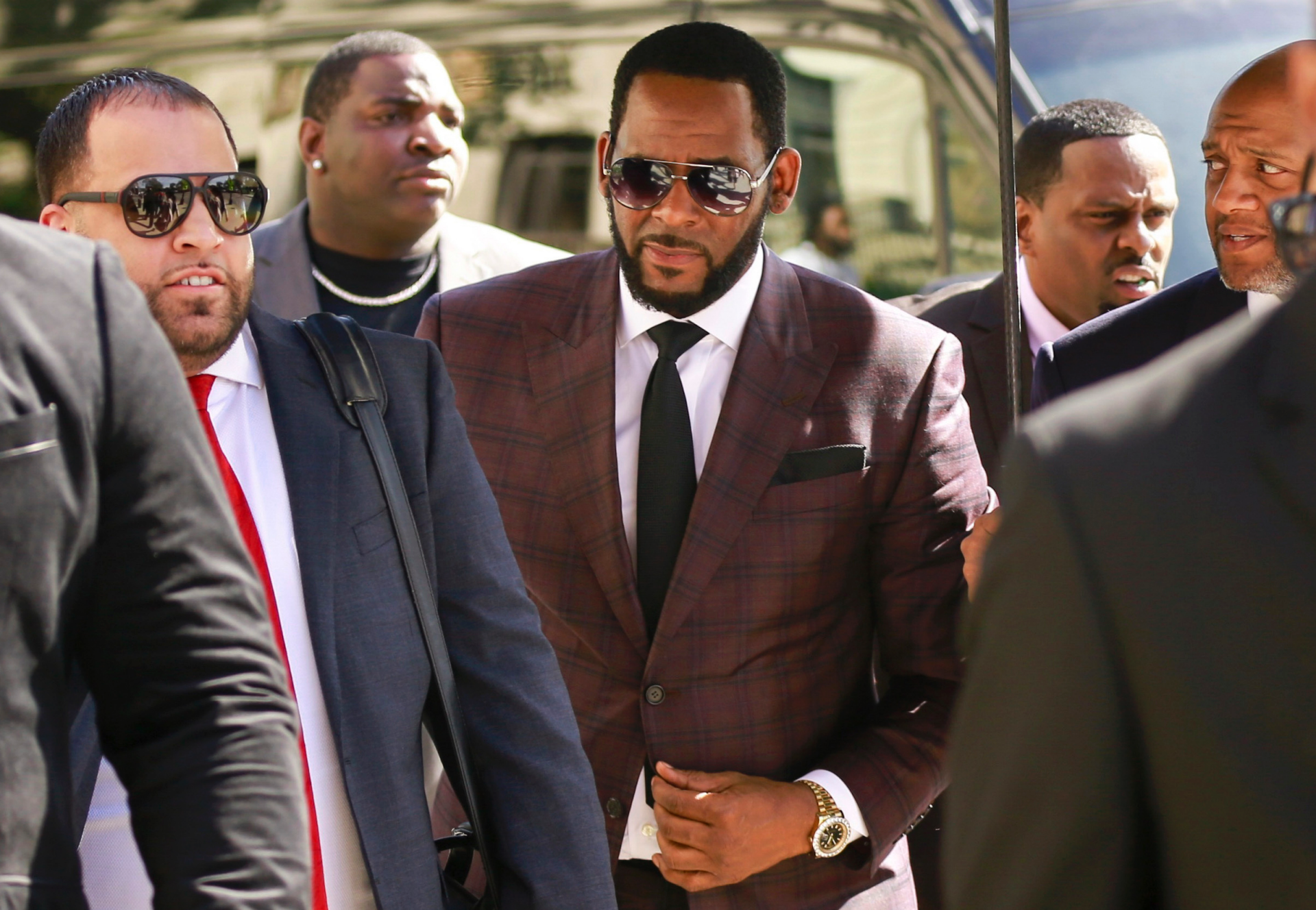 R. Kelly under pressure to make deal following federal charges in sex crime cases