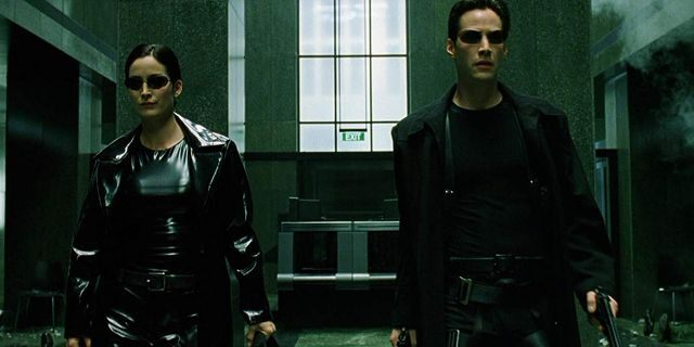 Carrie-Anne Moss as Trinity andKeanu Reeves as Neo.