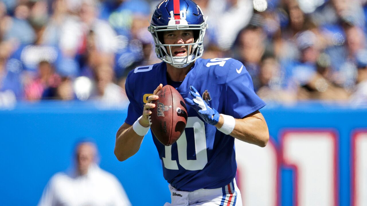 Eli Manning's reaction to replacement quarterback Daniel Jones goes viral