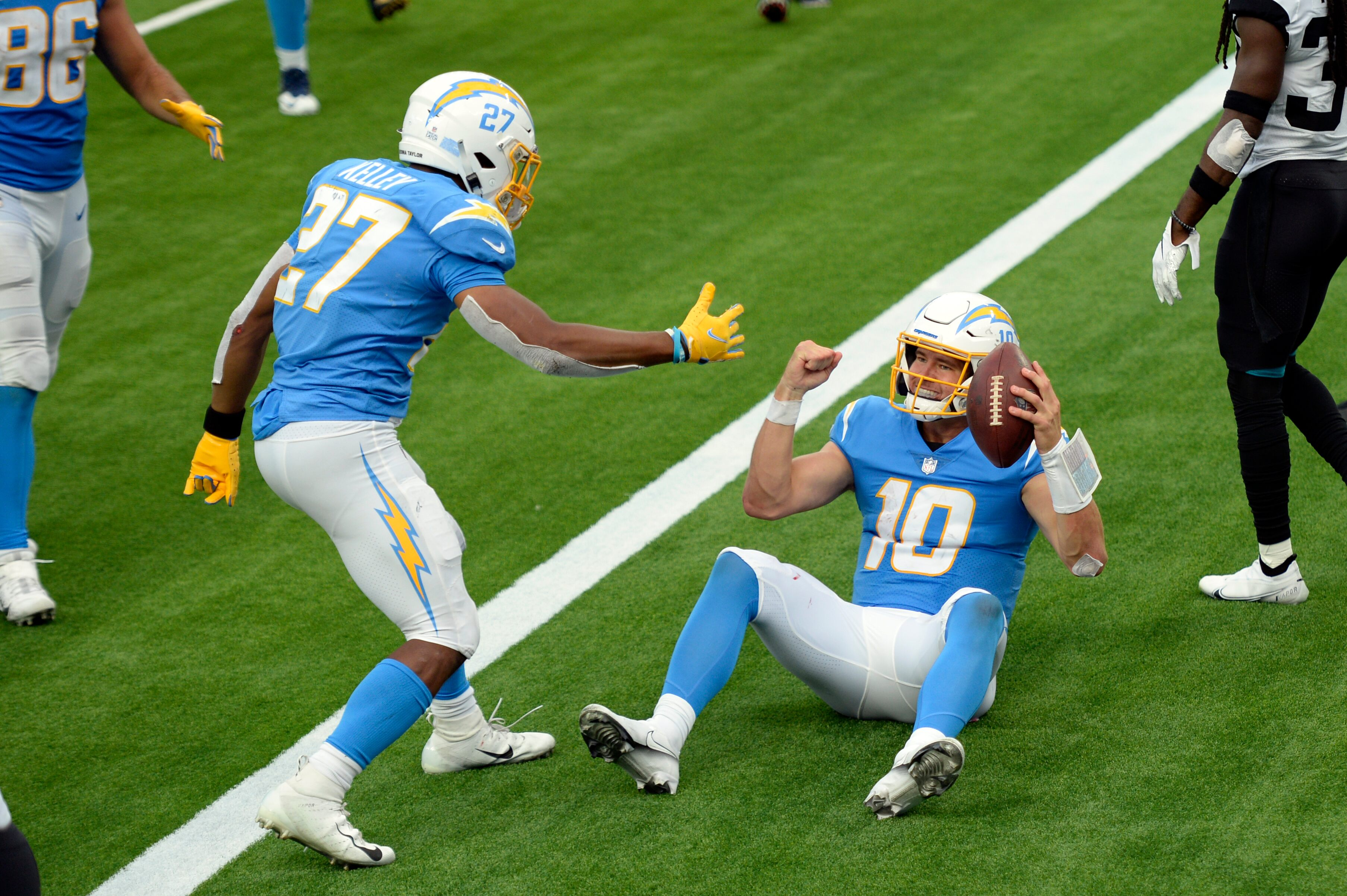 Herbert leads Chargers to 39-29 victory over Jaguars