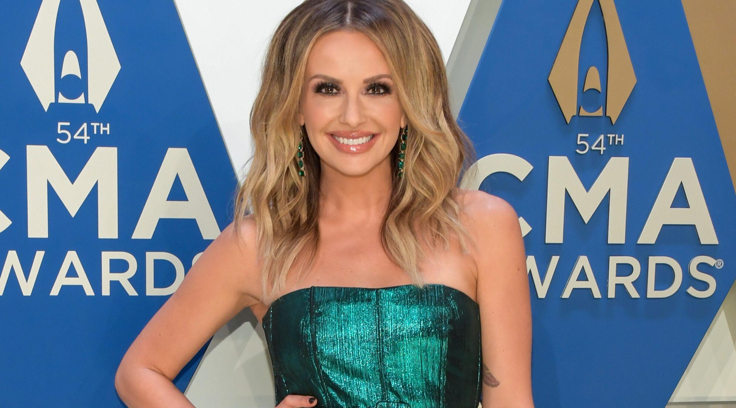Carly Pearce stuns in green strapless dress on 2020 CMA Awards red carpet