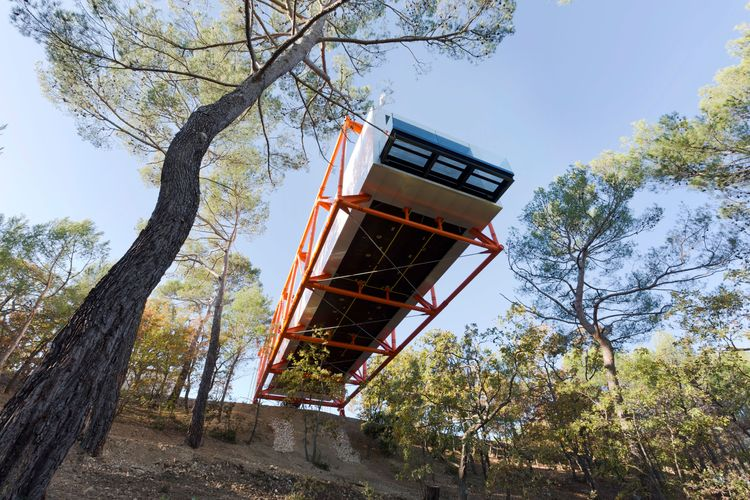 Richard Rogers-designed drawing gallery hangs dramatically off a French hillside